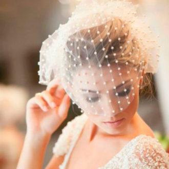 novia rubia con velo aguantado en el recogido
