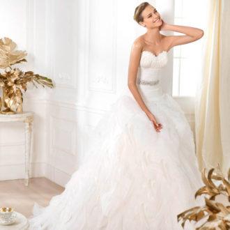 novia rubia con pelo recogido en onda con falda voluminosa
