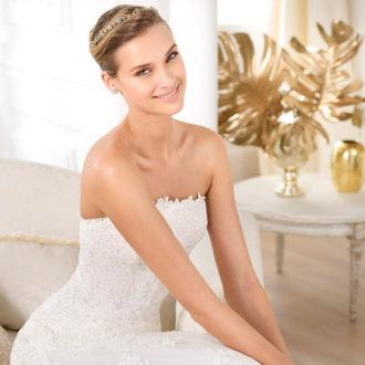 novia rubia con vestido palabra de honor, recogido y diadema