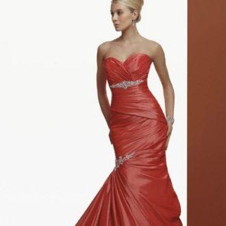 novia rubia con pelo recogido con vestido rojo de corte sirena