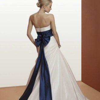 novia con vestido palabra de honor en color blanco con fajín azul acabado en lazo