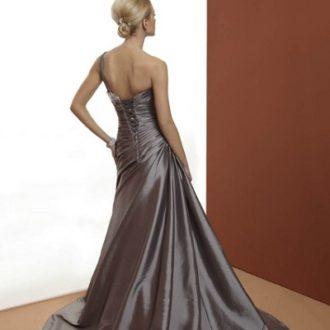 novia con vestido asimétrico en color gris y espalda encorsetada