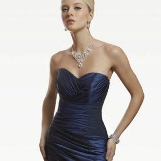 novia con vestido con escote corazón en color azul