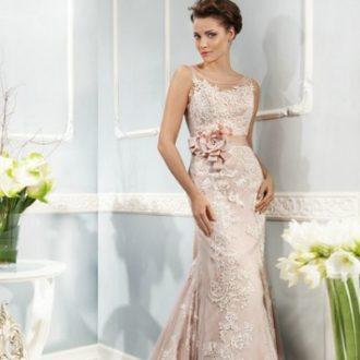 novia con vestido de tirantes en color rosa palo y cinturón floral