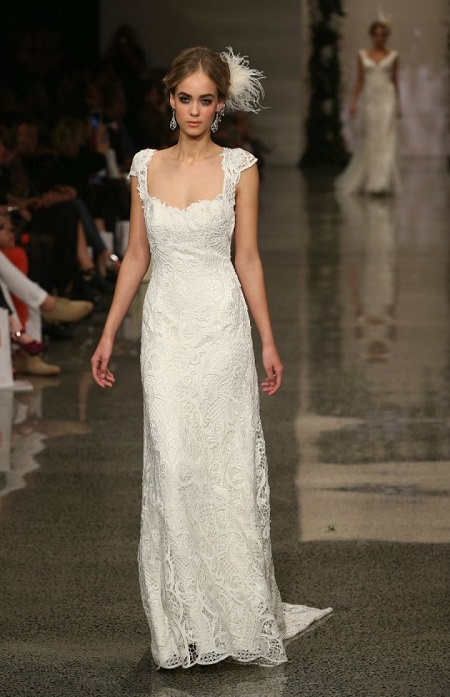 modelo en pasarela con vestido de novia ajustado