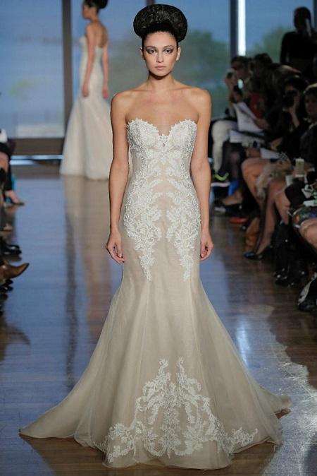 modelo en pasarela con vestido de novia combinando colores