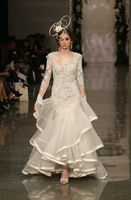modelo en pasarela con vestido de novia con volantes