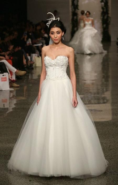 modelo en pasarela con vestido de novia de corte en A