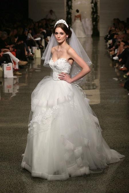 modelo en pasarela con vestido de novia de corte princesa