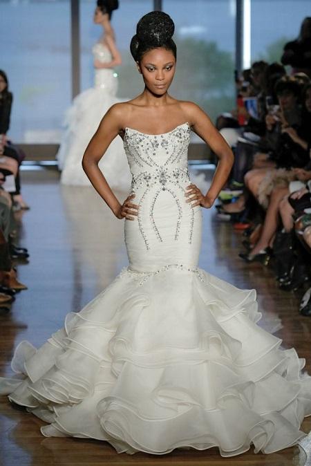 modelo en pasarela con vestido de novia de corte sirena