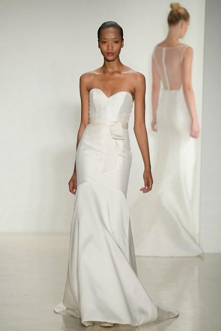 modelo en pasarela con vestido de novia con escote en forma de corazón