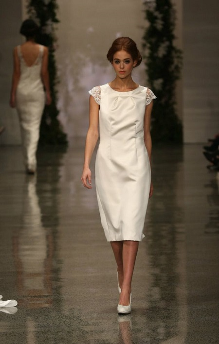 modelo en pasarela con vestido de novia de manga corta y liso