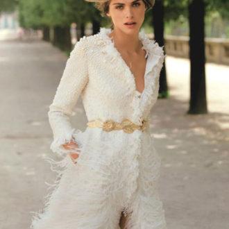novia con blazer de plumas cerrado con cinturón