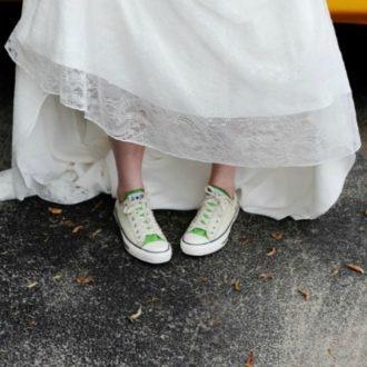 novia con vestido de boda llevando zapatillas
