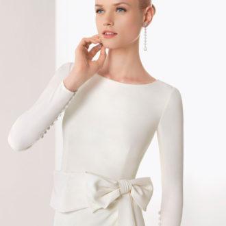 novia con vestido de manga larga ajustado y lazo en la cintura