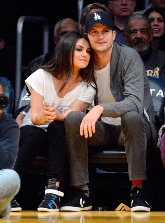 Mila Kunis y Ashton Kutcher en un partido de basket