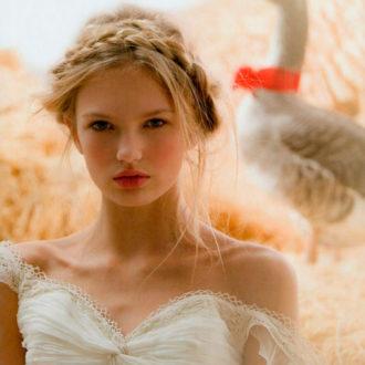 novia con el pelo recogido con trenza en forma de corona