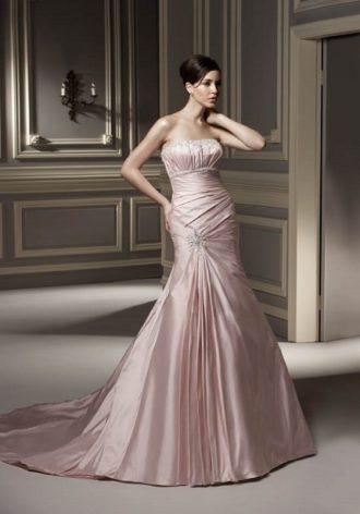 novia con vestido de novia rosa con tejido brillante