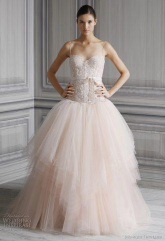 novia con vestido de boda de color rosa y con tirante fino