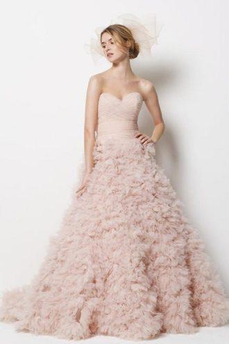 novia con vestido de novia en color rosa y con escote corazón