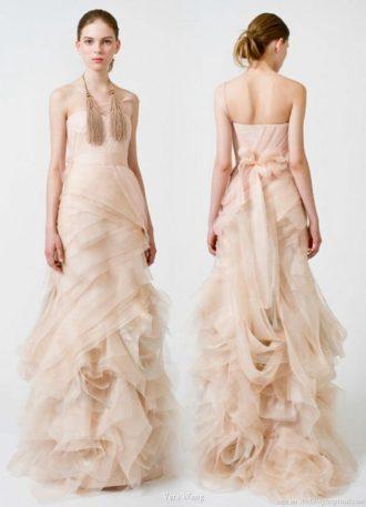 novia por delante y por detrás con vestido de novia de color rosa