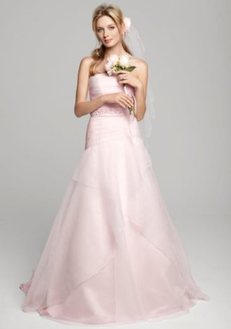 novia con vestido color rosa y ramo de flores