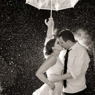 novios con paraguas en blanco y negro