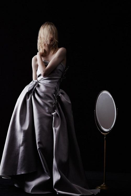 foto de chica llevando vestido de novia de kim kardashian en boda kanye west enfrente espejo