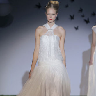 vestido de novia vintage con falda vaporosa y cuello con pedrería