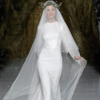 vestido de novia ajustado con velo de Pronovias