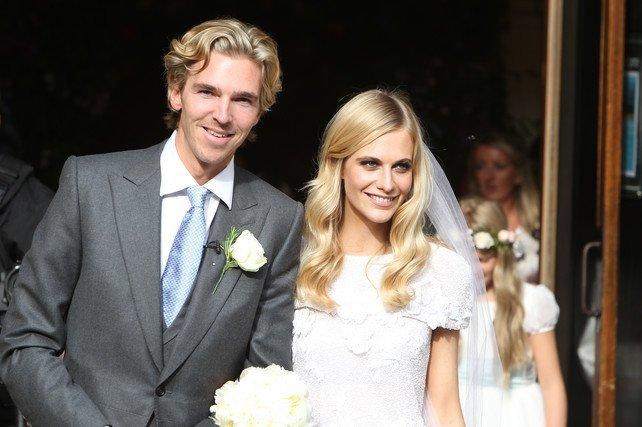 Poppy Delevingne y James Cook recién casados en la puerta de la iglesia