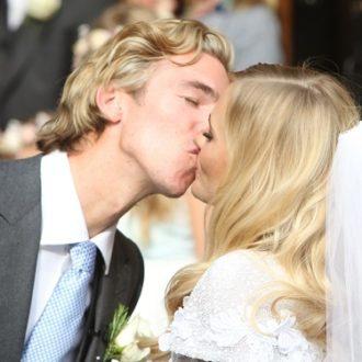 Poppy Delevingne y James Cook besándose en el día de su boda