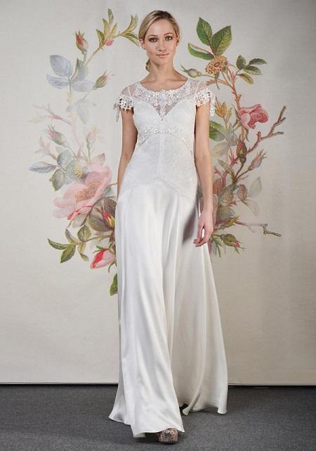 novia con vestido lencero en pasarela