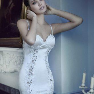 novia con vestido de estilo lencero, pelo recogido