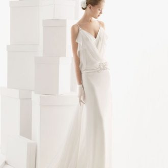novia con vestido de estilo lencero, pelo recogido y guantes
