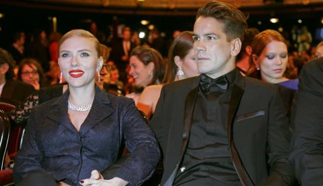 foto de Scarlett Johanson con Romain Dauriac sentados