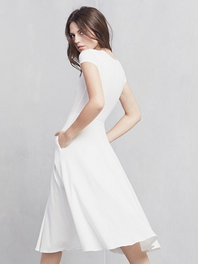 novia con vestido alternativo de Reformation