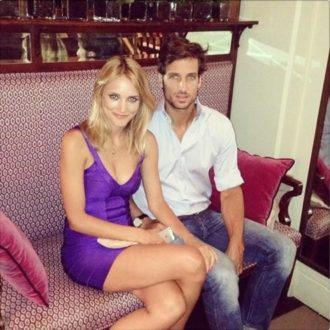 foto de pareja de Alba Carrillo y Feliciano López sentados en sofá