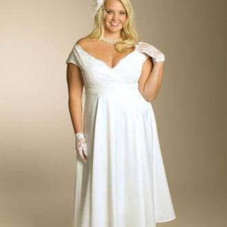 novia rellenita con vestido corto y escote en v
