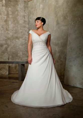 novia rellenita con vestido con escote en v