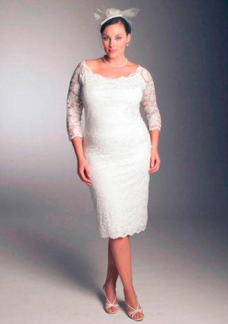 novia rellenita con vestido corto y tocado