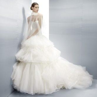 novia con vestido de falda voluminosa de superposición de capas