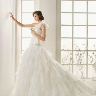 novia con vestido con escote asimétrico y falda voluminosa