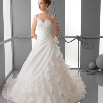 novia con vestido con escote corazón y falda voluminosa