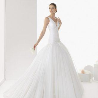 novia con vestido con escote en v y falda voluminosa