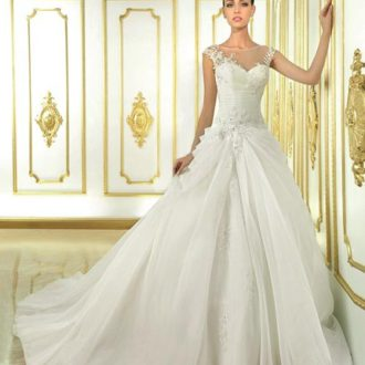 novia con vestido con escote ilusión y falda voluminosa
