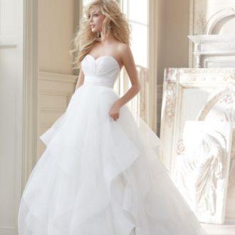 novia con el pelo suelto con vestido con escote corazón y falda voluminosa