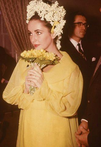 foto de la boda de Elizabeth Taylor con vestido amarillo