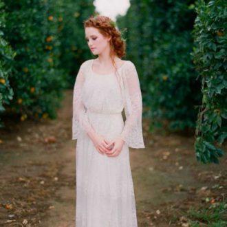 novia con vestido estilo boho en el bosque