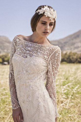 novia con vestido estilo boho con encaje y transparencias